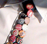 Buttons am Schlips